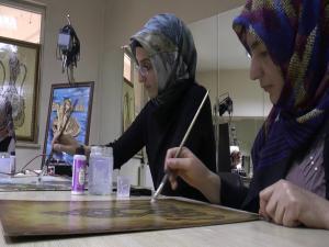Ev hanımları ahşap yakma sanatı ile aile bütçelerine katkı sağlıyorlar