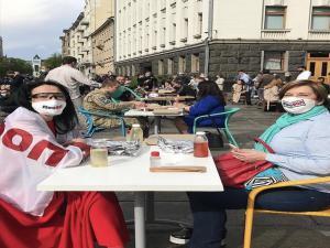 Ukrayna'da ilginç protesto: Devlet Başkanlığı binası önüne masa kurdular