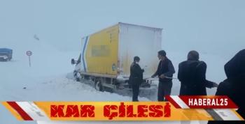Erzurum'da Kargo Kamyonu Kara Saplandı